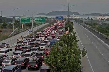 Ribuan kendaraan padati pintu keluar jalan tol
