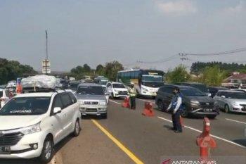 """Petugas melakukan """"contraflow"""" atasi kepadatan Tol Jakarta-Cikampek"""