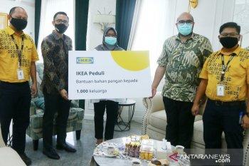 Bupati Bogor menerima bantuan 1.000 paket bahan pangan dari IKEA