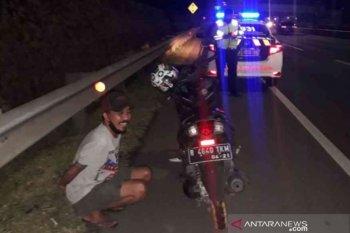 Viral di medsos, diduga mabuk pemotor nekat masuk Tol JORR Bekasi