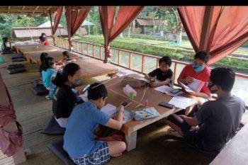 Siswa belajar secara daring di rumah makan