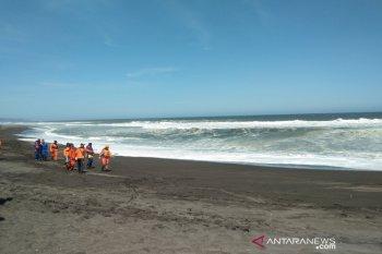 Tujuh wisatawan pantai Bantul terseret ombak, lima belum ketemu