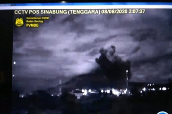Gunung Sinabung di Sumut erupsi pertama di masa pandemi