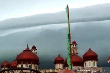 """Penjelasan Lapan terkait awan berbentuk """"tsunami"""" di Aceh"""