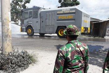 TNI-Polri bersihkan abu erupsi Sinabung