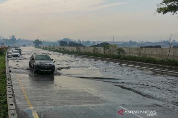 Tol Padaleunyi Bandung  km 130 banjir, Jasa Marga alihkan arus kendaraan