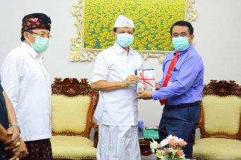 FK Unud beri kado Buku Pedoman Pencegahan COVID-19 untuk Hari Jadi Pemprov Bali