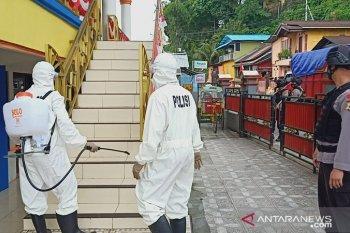 Brimob Polda Maluku semprotkan cairan disinfektan di masjid Al Musyafa