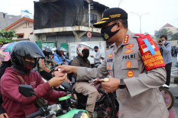 Kapolrestro Depok bagikan masker kepada pengendara