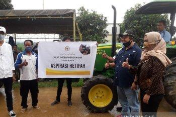 Hetifah bantu alat pertanian kepada tujuh kelompok tani