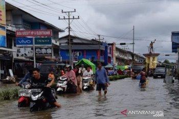 Mesin pembangkit telah terkena air, PLN tunggu banjir surut pulihkan suplai listrik