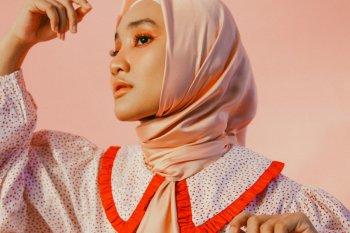 """Fatin rilis video musik """"Pelangi dan Hujan"""" dengan nuansa serba pink"""