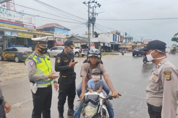 Polres Mesuji bagikan masker kepada pengguna jalan di Jalinsum