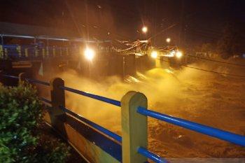 Warga diminta waspadai meluapnya Sungai Ciliwung