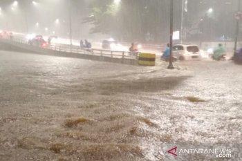 Banjir 30-80 sentimeter rendam puluhan jalan umum di Jakarta Barat
