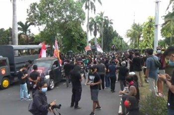 Ratusan pendukung Jerinx  aksi damai di pengadilan Denpasar
