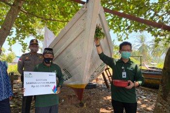 PLN Kalbar serahkan kapal untuk nelayan di Desa Temajuk