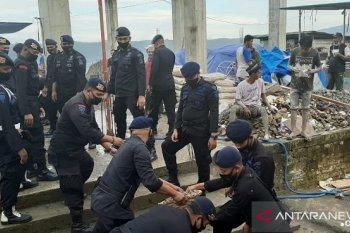 Brimob Polda Maluku bantu warga bangun masjid Al- hijrah