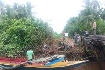 Perahu kelotok jadi transportasi utama angkut bahan bangunan