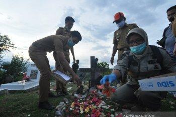 Tabur bunga pemakaman massal korban bencana Palu