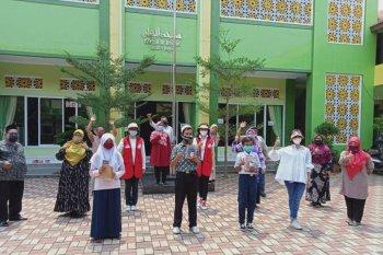 Siswa MTsN 1 Bogor dan MTsS dapat donasi HP untuk menunjang pembelajaran daring