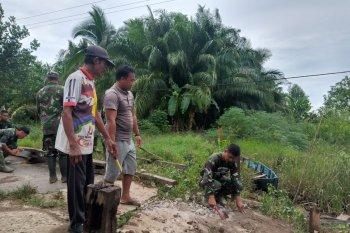 Gotong royong jalinan kemanunggalan TNI-Rakyat di TMMD Kodim 1015/Spt
