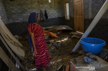 Lumpur banjir genangi rumah warga akibat luapan sungai Donggala