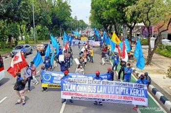 Demonstran buruh tolak UU Ciptaker bentuk formasi jaga jarak di tengah aksi