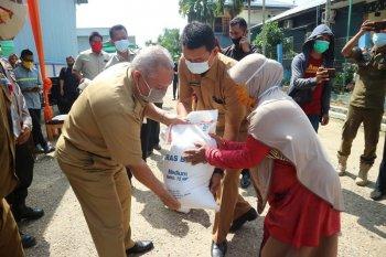 Bupati Tanjabbar salurkan bantuan sosial beras untuk PKH