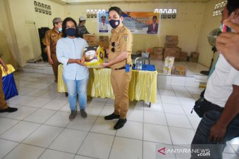 Plt Walikota Palu  serahkan bantuan usaha ditengah pandemi COVID-19