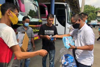 Jasa Raharja Banten bagikan 2.000 masker kepada pedagang pasar dan penumpang di terminal