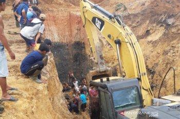 Belasan pekerja tambang meninggal tertimbun tanah delapan meter