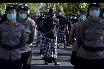 Pecalang turut dalam pengamanan unjuk rasa di Denpasar