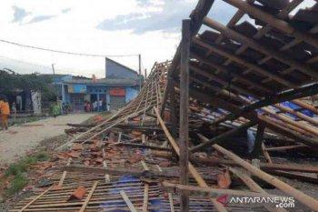 109 rumah warga Bekasi rusak diterjang angin puting beliung (video)
