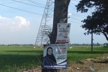 Banyak peraga kampanye di Karawang terpasang di tempat terlarang