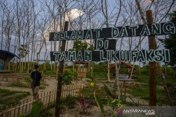 Pengunjung tengah menikmati suasana di  kawasan Geo Wisata Taman Likuefaksi Sigi