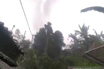 Puting beliung rusak 61 rumah di Kabandungan Sukabumi