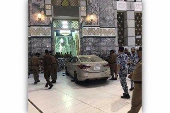 Sebuah mobil terobos masuk ke halaman Masjidil Haram di Makkah