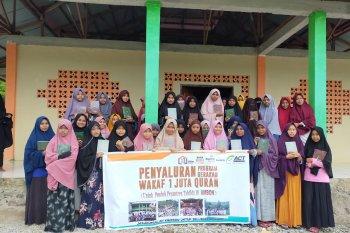 ACT salurkan puluhan Alquran ke pesantren di Maluku Tengah