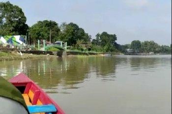 Sensasi mendayung sendiri berperahu di Danau Sipin