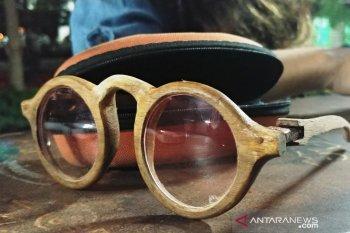 Seniman ini ciptakan peluang bisnis lewat kacamata kayu