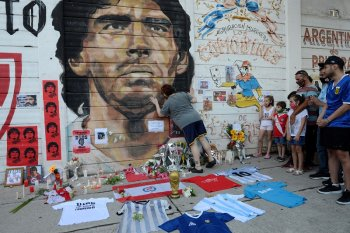 Napoli tambahkan nama Diego Maradona di stadion San Paolo