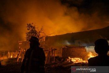 Kebakaran gudang barang capuran di Palu