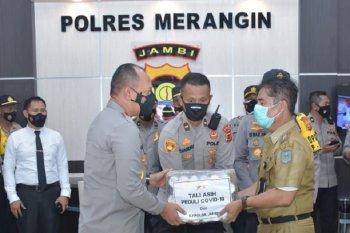 Kapolda Jambi memberikan bantuan masker dan vitamin pasien COVID-19