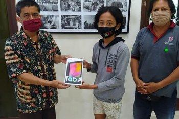 Anak jurnalis Bali terima Gawai Pendidikan HUT Ke-83 LKBN ANTARA (video)