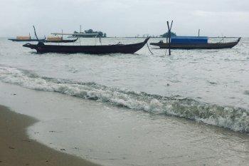 Kapal nelayan banyak yang tambat dipantai daripada melaut karena cuaca buruk