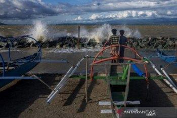 Nelayan tidak melaut akibat gelombang tinggi