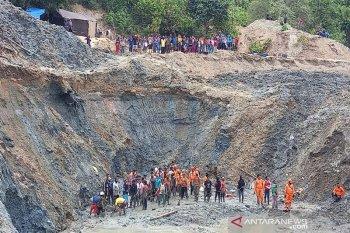 Tim SAR dan warga gotong royong cari korban timbunan tambang emas ilegal