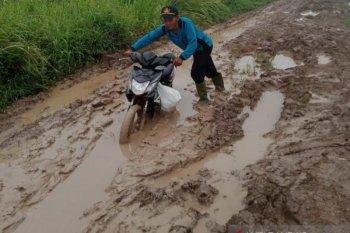 Jalan yang rusak berlumpur di Desa Sumber Makmur, penghubung ke Desa Mulya Sari, Kecamatan Mesuji, Kabupaten Mesuji, Lampung