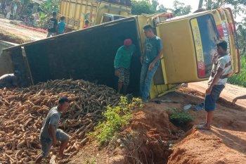 Jalan rusak akibatkan truk pengangkut singkong terbalik di Mesuji